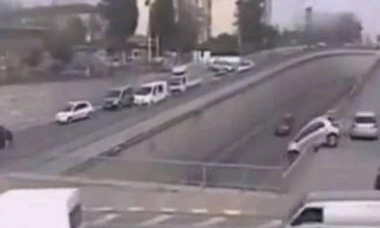 Απίστευτη πτώση αυτοκινήτου από γέφυρα στην Τουρκία (video)