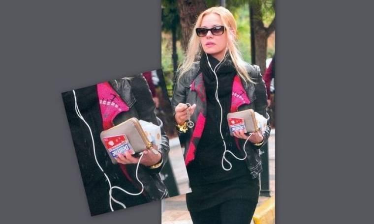 Ζέτα Μακρυπούλια: Τσίχλες, κινητό, τσιγάρα και έτοιμη για το show