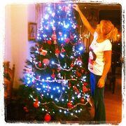 Δείτε τη Φαίη Σκορδά να στολίζει το Χριστουγεννιάτικο δέντρο της