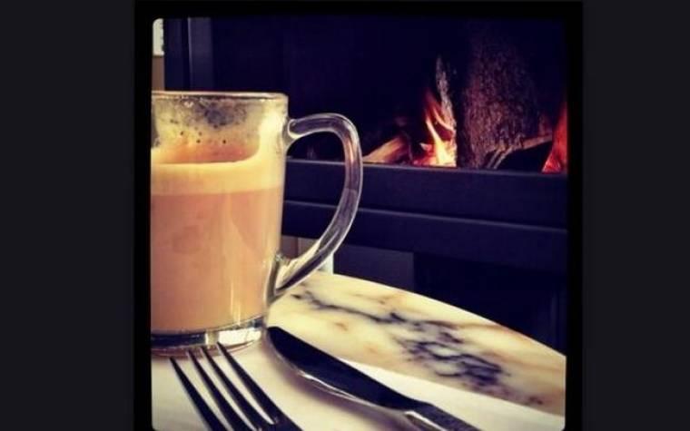 Ποια κυρία της σόουμπιζ απολαμβάνει τον καφέ της δίπλα στο τζάκι;
