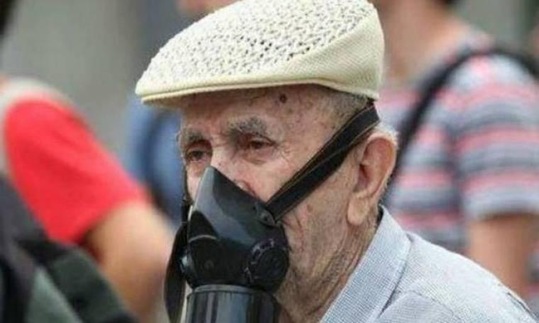 Πέθανε ο «παππούς με τη μάσκα», Βασίλης Παπανίκος