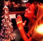 Ελληνίδα παρουσιάστρια προσεύχεται μπροστά στο δέντρο!