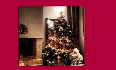 Στόλισε το χριστουγεννιάτικο δέντρο, αλλά της κάηκαν τα λαμπάκια! (φωτό)