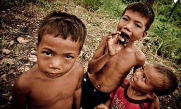 Απίστευτο: Τα παιδιά στην Καμπότζη τρώνε... δηλητηριώδεις ταραντούλες