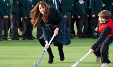 Kate Middleton: Παίζει χόκεϊ με… τακούνια! (φωτό)