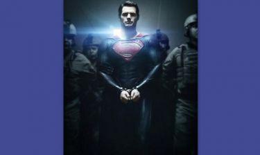 Ποιος έβαλε χειροπέδες στον Superman;