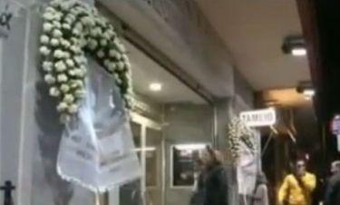 Στέφανα κηδείας έξω από θέτρο- Τι ακριβώς συνέβη