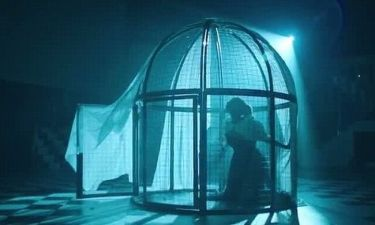 Μπήκε σε κλουβί για το νέο της βίντεο