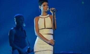 Rihanna: Σέξι αν και… ντυμένη στη σκηνή του X-Factor