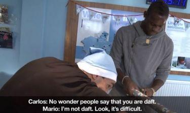 Ο Τέβεζ δείχνει στον Μπαλοτέλι πώς να… τυλίγει δώρα