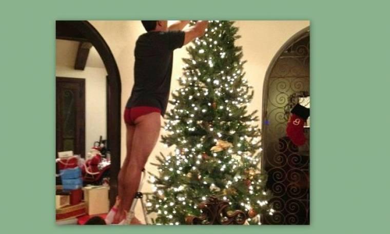 Παρουσιαστής στόλισε το χριστουγεννιάτικο δέντρο  φορώντας κόκκινο εσώρουχο!