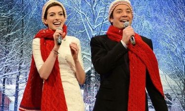 Στο πνεύμα των Χριστουγέννων η Anne Hathaway