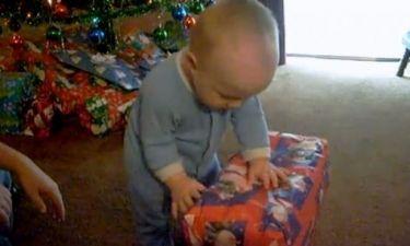 Βίντεο: Μπόμπιρας ανοίγει το χριστουγεννιάτικο δώρο του και τρώει το… περιτύλιγμα!