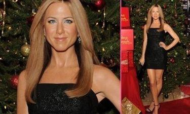 Το νέο κέρινο ομοίωμα της Jennifer Aniston φέρνει τα Χριστούγεννα και φοράει και το μονόπετρο!