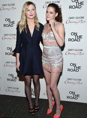Kristen Stewart: Δύο see through και εντυπωσιακές εμφανίσεις σε μια μέρα!