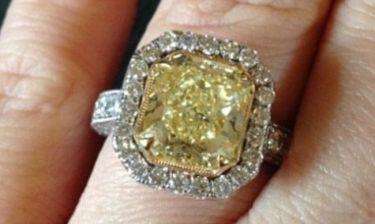 Παντρεύεται και μας δείχνει το δαχτυλίδι της