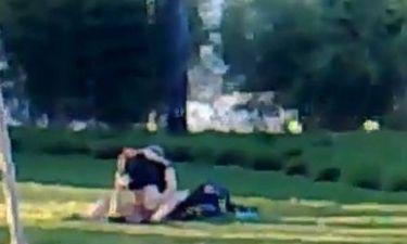 Ασυγκράτητο ζευγάρι κάνει σεξ δημοσίως σε πάρκο της Βιέννης (video)