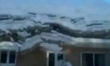 Ο Άγιος Βασίλης «σκοτώνεται» απ' τη στέγη (video)!