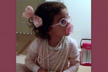 Η μικρή Μonroe φορά τα μαργαριτάρια της διάσημης μαμάς της και παίζει!