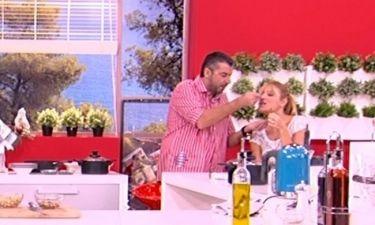 Ο Λιάγκας ταΐζει στο στόμα την Σκορδά!