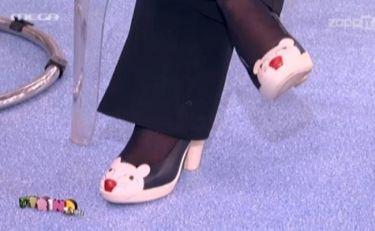 Ένα γατάκι στα… πόδια της!