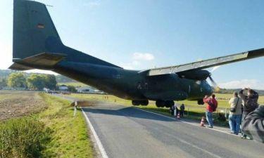 ΣΟΚ: Αεροσκάφος χάνει το διάδρομο και περνάει ξυστά από θεατές (vid)
