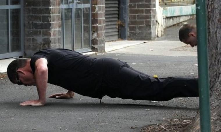 Russell Crowe: Κάνει και push ups στο δρόμο