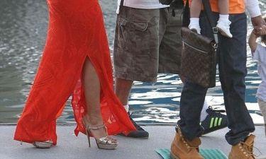 Με ψηλοτάκουνα και στενό μάξι φόρεμα σε σκάφος!