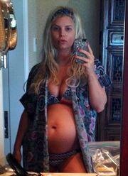 Δεν πρόλαβε καλά καλά να ανακοινώσει τη 2η εγκυμοσύνη της και έχει ήδη φουσκωμένη κοιλιά!