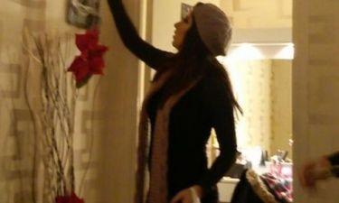 Τραγουδίστρια στολίζει το καμαρίνι της!