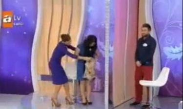 Παρουσιάστρια, σκέπασε με μαντήλα τα... γόνατα καλεσμένης της!