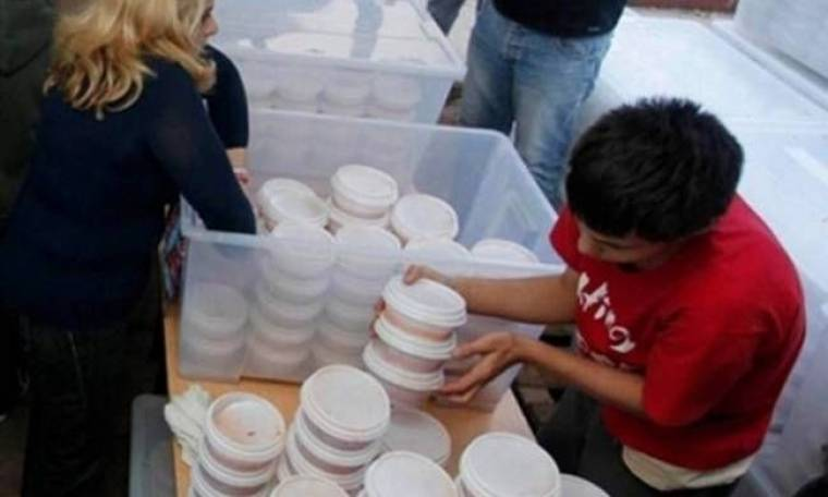 BBC: Πεινασμένοι στην Αθήνα κάνουν ουρές για ένα πιάτο φαΐ