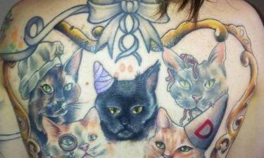 Απίστευτο: Έκανε τατουάζ στην πλάτη τις... νεκρές γάτες της!
