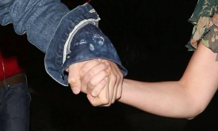 Πιασμένοι χέρι – χέρι σε ρομαντικό δείπνο