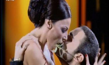 Κέλλυ Κελεκίδου: Παρ' ολίγον φιλί στο στόμα με τον παρτενέρ της!