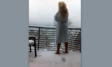 Είναι τρελή αυτή η Ελληνίδα! Βγήκε ξυπόλυτη και με μπουρνούζι στο χιόνι!