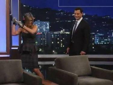 Η Jennifer Aniston τα έκανε γυαλιά καρφιά σε… στούντιο εκπομπής