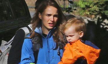 Natalie Portman: Σαν κλασική μαμά πηγαίνει να πάρει τον γιο της από το σχολείο