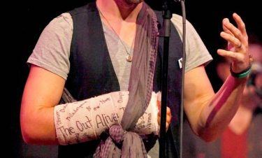 Ποιος τραγουδιστής εμφανίστηκε σε live εμφάνισή του με γύψο στο χέρι;
