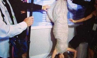 Έκανε κατακόρυφο φορώντας την τουαλέτα της
