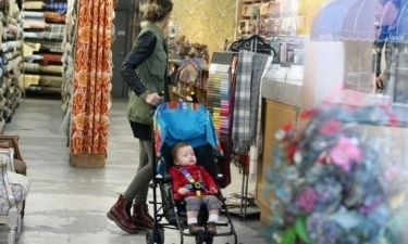 Jessica Alba: Ψώνισε υφάσματα παρέα με τη μικρή της κόρη