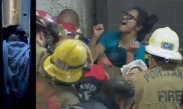 Απίστευτο βίντεο: Γυναίκα έπεσε και σφήνωσε ανάμεσα σε δύο κτίρια!