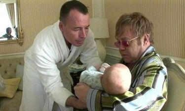 Elton John: Πλήρωσε 24.000 ευρώ για να κρατήσει αγκαλιά το δεύτερο παιδί του!
