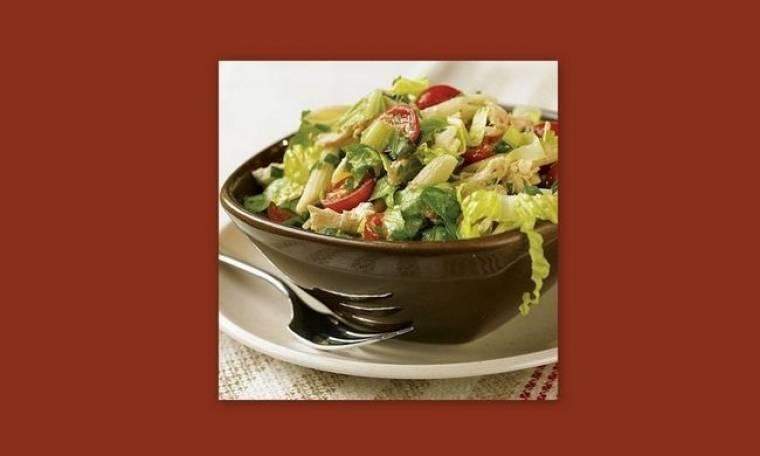 Πεντανόστιμη σαλάτα του Καίσαρα με ζυμαρικά