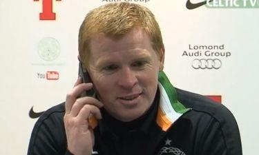Απίστευτο σκηνικό με τον προπονητή της Σέλτικ. Απάντησε στο… κινητό δημοσιογράφου!