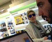 Τι έκανε η Μενεγάκη πρωί πρωί σε κατάστημα κινητής τηλεφωνίας στην Κηφισιά;