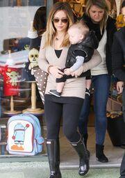 Hilary Duff: Shopping με τον δέκα μηνών γιο της (φωτό)