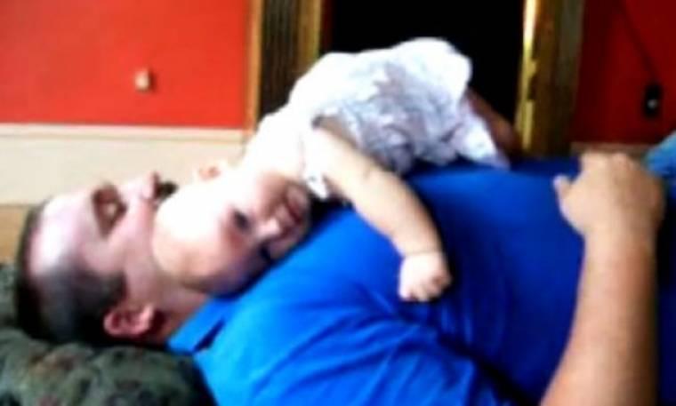 Βίντεο: Η Lucy αγαπάει τον μπαμπά της!