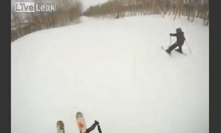 Αμόλησε το πιτσιρίκι στην πλαγιά για να μάθει σκι και του φώναζε pizza!