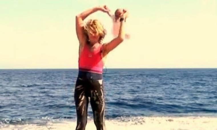 Σοκαριστικό βίντεο: Υποστηρίζει ότι κάνει baby yoga και πετάει τα παιδιά στον αέρα!
